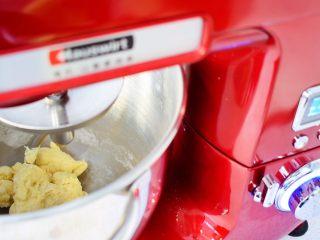 葱油拌面,启动揉面程序,直至揉成光滑的面团,全程10分钟