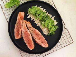 减脂健身菜  柠香黑椒三文鱼果蔬沙拉