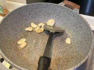 丝瓜炒肉,冷锅热油,放入蒜爆香