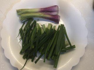 葱油拌面,将葱洗净晾干,之后切成3段,注意葱根部要保留出来。