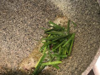 葱油拌面,随后将剩余的葱段放入,改小火慢慢的炸
