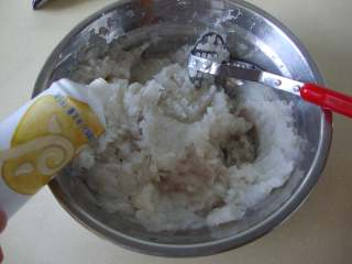 低热量甜品:冰爽山药泥,加炼乳搅至细腻顺滑,盖膜冰镇一下