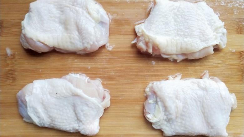 照烧鸡腿,将琵琶腿去骨,用剪刀从鸡腿皮少的一侧剪下,去至如图所示。