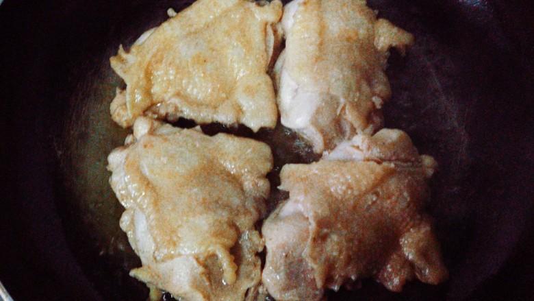 照烧鸡腿,进行多次翻面处理,煎约2~3分钟,鸡皮煎至发黄。