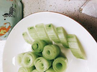 无油凉拌开胃黄瓜-可做减肥晚餐,摆放在圆柱体四周。