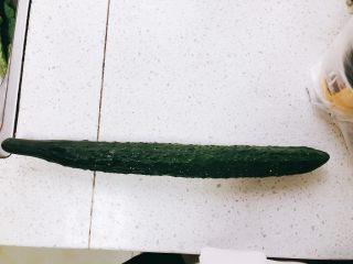 无油凉拌开胃黄瓜-可做减肥晚餐,准备一根黄瓜。