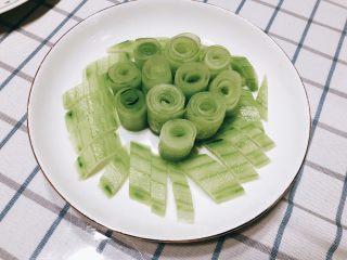 无油凉拌开胃黄瓜-可做减肥晚餐,全部摆好的样子。