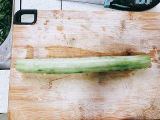 无油凉拌开胃黄瓜-可做减肥晚餐,用刮皮刀去皮。