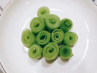 无油凉拌开胃黄瓜-可做减肥晚餐,将薄片全部卷起来装盘。