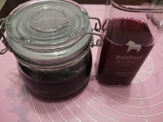 百变水果 蓝莓酱,煮蓝莓酱的锅中倒入清水,开火洗锅,这样一杯蓝莓汁也有了😂