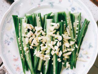 蒜香剁椒黄秋葵-下饭菜,全部切好装盘,蒜头切碎,铺到秋葵上。