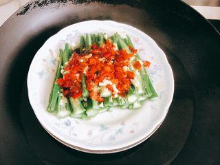 蒜香剁椒黄秋葵-下饭菜,放入锅中蒸架隔水蒸2~3分钟入味。