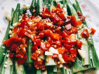 蒜香剁椒黄秋葵-下饭菜,将烧热的油淋到剁椒上。