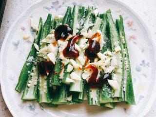 蒜香剁椒黄秋葵-下饭菜,加入2勺蚝油。