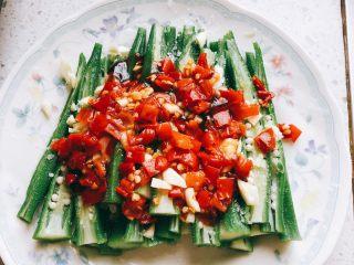 蒜香剁椒黄秋葵-下饭菜,铺上剁椒酱。(我的剁椒酱会咸,所以盐只放半勺)