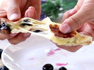 百变水果 爆浆蓝莓吐司,切开!爆浆!拉丝!有没有!简直不要太有食欲哦,我家快2岁的宝宝,一次吃2个,外加牛奶几只虾,真是太好吃了,我都忍不住边做边吃开来!