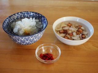 百变水果 汤圆银耳甜汤,银耳、莲子20克、百合20克提前浸泡开,枸杞清洗干净备用。