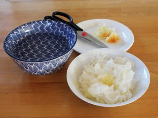 百变水果 汤圆银耳甜汤,剪去银耳的黄根,撕成小朵。
