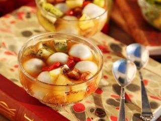 百变水果 汤圆银耳甜汤,好了,现在可以盛到碗里享用了:几勺子银耳汤+几个汤圆+几块猕猴桃 这样吃非常的享受,比单一的银耳汤,或单一的汤圆,单一的水果丰盛许多倍,无论从口感,还是营养上。