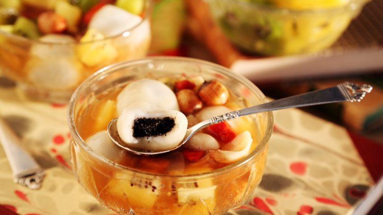 百变水果 汤圆银耳甜汤,好看又好吃,冬天热吃,夏天冷吃,春秋温食,一年四季都可食用。
