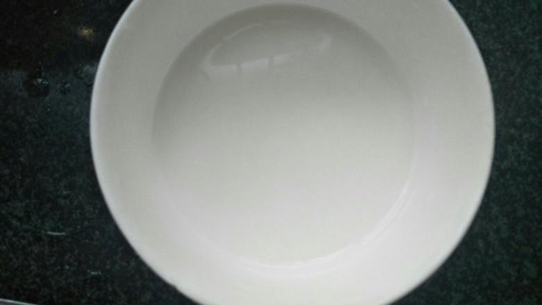 玉米蛋花汤,用少量的水搅拌均匀