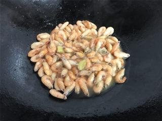 油爆河虾,再加少许的水。