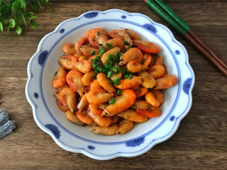 油爆河虾,高蛋白低脂肪,而且钙的含量比海虾要高,孩子和老人要多吃。
