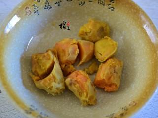 红薯糯米饼,红薯去皮后放锅里蒸熟