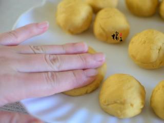 红薯糯米饼,用手按扁