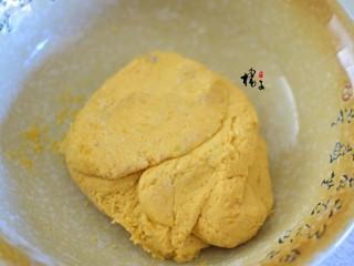 红薯糯米饼,用手揉成面团