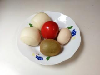 百变水果  酸甜猕猴桃夹黄金馒头,准备好食材:两个馒头,一个番茄,一个猕猴桃,一只鸡蛋