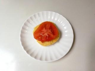 百变水果  酸甜猕猴桃夹黄金馒头,盘中放入馒头片,再放一片番茄
