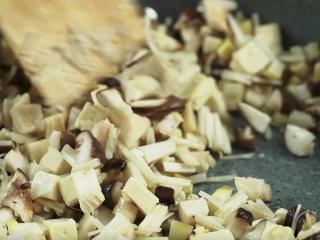 敲肉羹,炒锅放入猪油1勺烧热,下蒜末炒香,再放入水发香菇丁、金针菇、豆腐丁、鲜笋丁各50g炒香