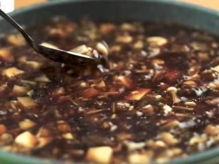 敲肉羹,倒入足量清水,大火煮沸后加入生抽5ml、老抽10ml、料酒7ml、盐3g拌匀调味