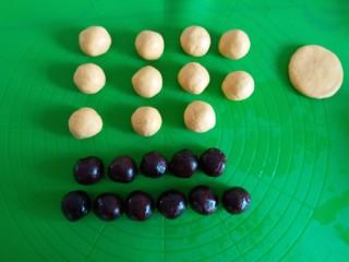 香糯南瓜饼,面团分20克一个 豆沙馅儿分15克一个