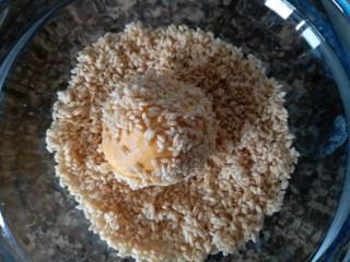 香糯南瓜饼,包好豆沙的南瓜球放进芝麻碗内,沾上芝麻