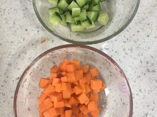 宫保鸡丁,2️⃣ 胡萝卜🥕、黄瓜洗净切丁。