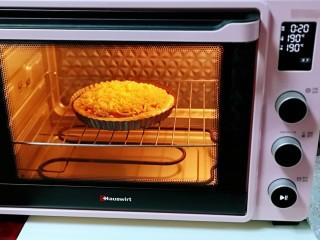 教你在家自制厚底牛肉披萨,做法简单,味道超赞,烤网入烤箱中层,180度提前预热5分钟,再把披萨盘放烤网上,180度烤18-20分钟!(时间及温度仅供参考)