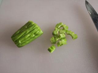 百变水果  水果沙拉,苦瓜去掉内瓤,切小块
