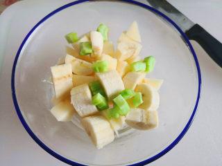 百变水果  水果沙拉,6.把苹果,香蕉,苦瓜放在一个大碗里,