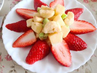 百变水果  水果沙拉,将拌好的水果放到草莓中间,