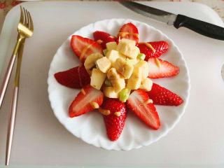 百变水果  水果沙拉,再在草莓上淋上一圈千岛酱,