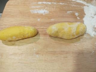 新文美食  二龙戏珠,发好的面团做成两个馒头大的剂子。