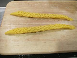 新文美食  二龙戏珠,最后用钢叉压出龙尾。