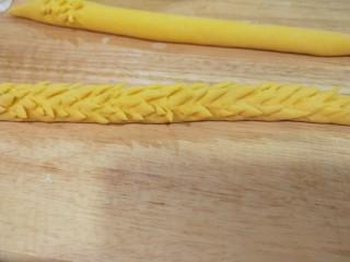 新文美食  二龙戏珠,如图所示剪好了一条,两条全部煎好。