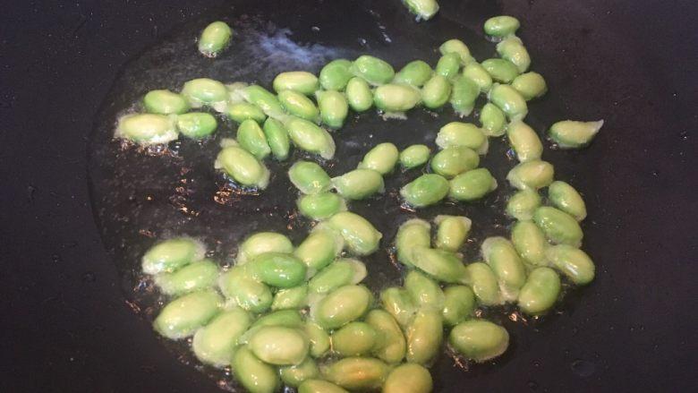 莲藕肉丁,热锅热油放入豆子翻炒均匀。