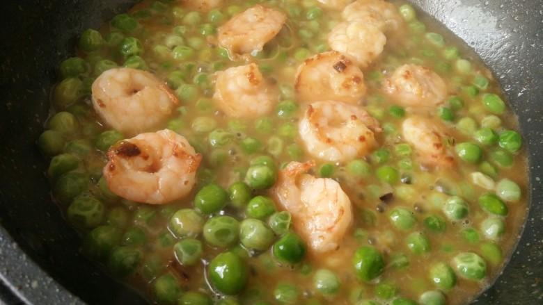 中餐厅~豌豆炒虾仁,加少许胡椒粉和盐调一下,味道就可以了!