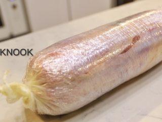 感恩栗子火鸡腿卷,手抓着两边多出来的保鲜膜 把火鸡卷出圆柱体