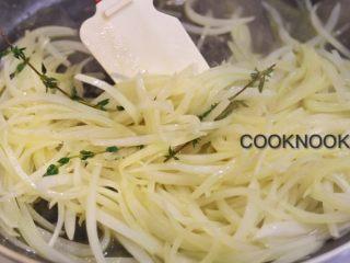 感恩栗子火鸡腿卷,中大火热锅 倒入黄油 橄榄油 洋葱炒软加入百里香炒至焦黄色