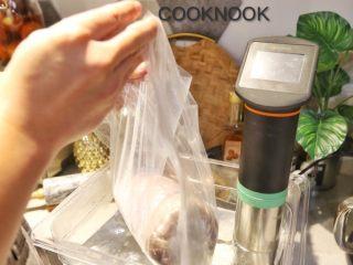 感恩栗子火鸡腿卷,浸入摄氏65度热水里 水的压力会将塑料袋里的空气挤出 这个时候再封口 摄氏65度热水慢煮4~5个小时